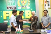 F-PKB Beri Bantuan Kepada Petani Telukjambe